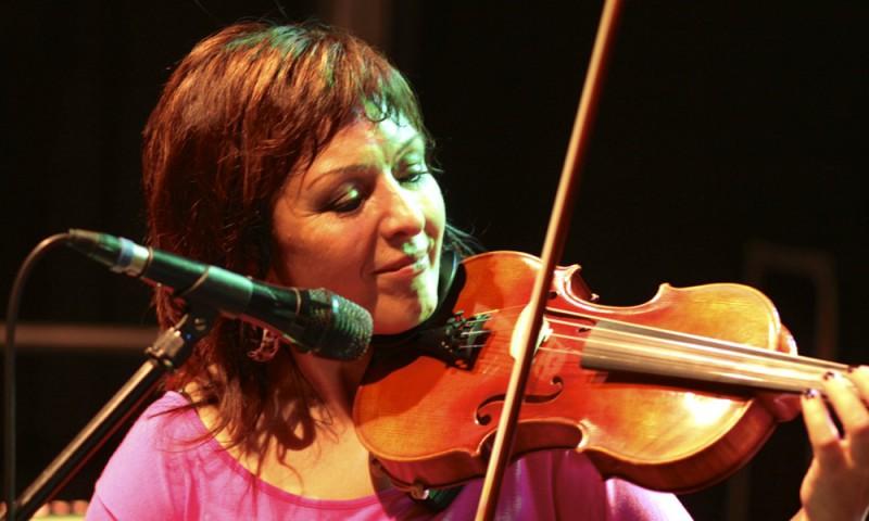 Natascha spielt Geige in der Tanzband Niteshift